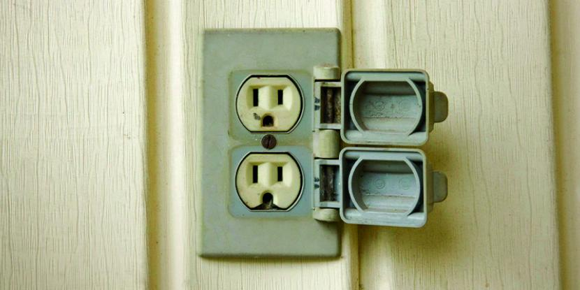 A picture of an outdoor electrical outlet.
